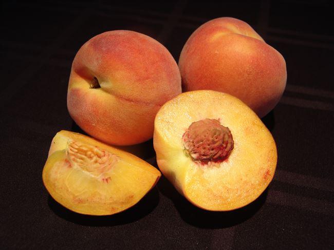 Целые персики с косточкой